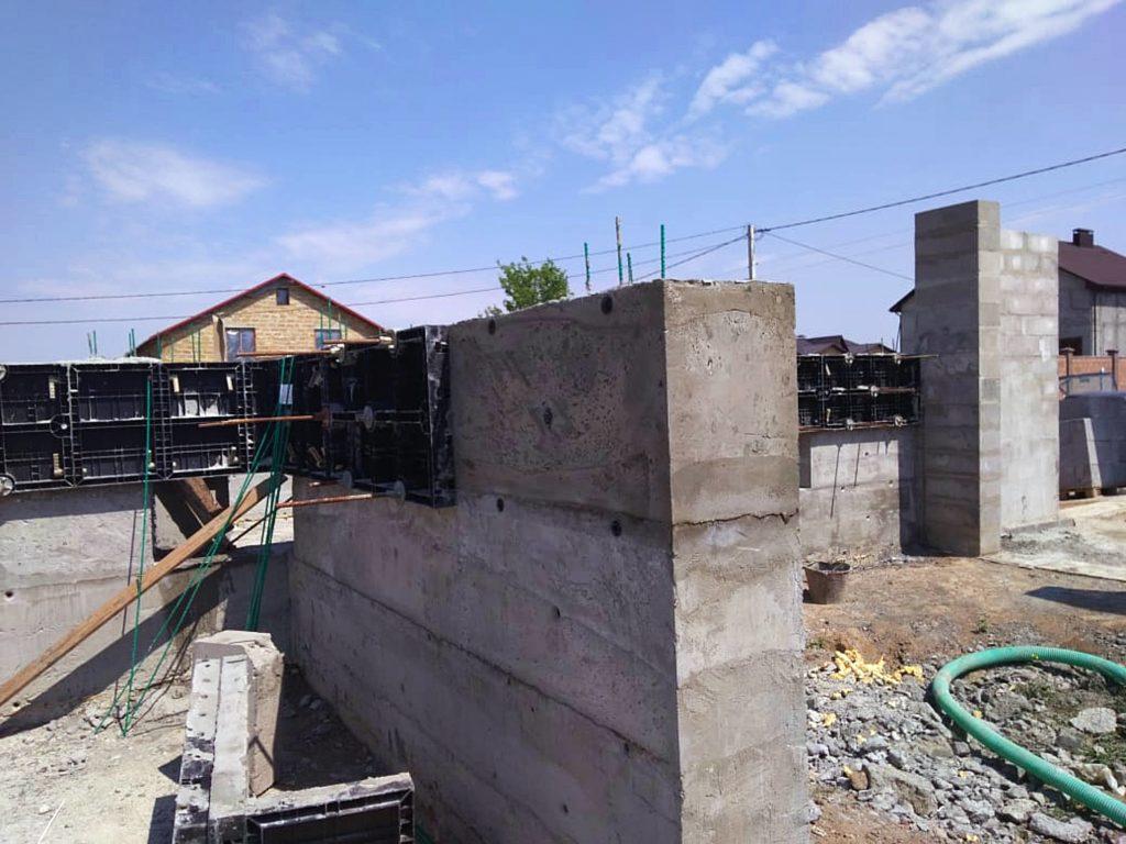 Monolithic foam concrete manufacturing using lightweight concrete